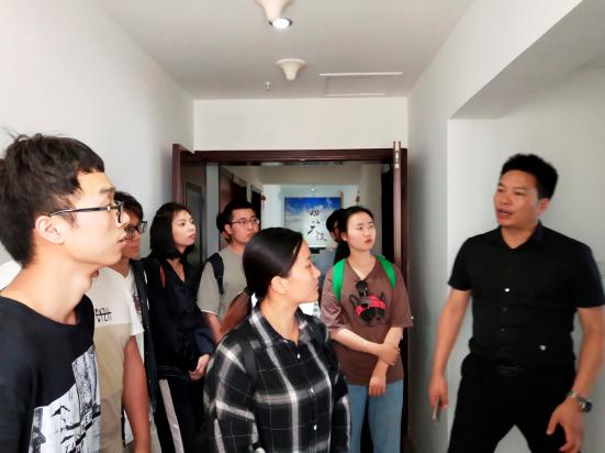 华信智原建筑表现专业学员到装饰公司实地参观考察